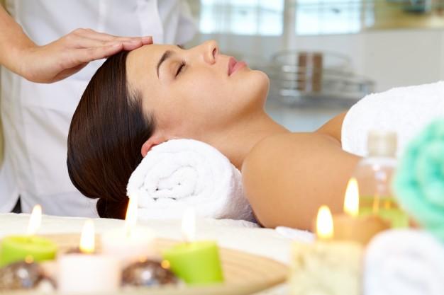 mujer-joven-recibiendo-masaje-facial_1098-2286